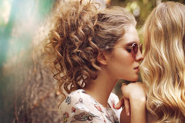 10 υπέροχα χτενίσματα για σγουρά μαλλιά
