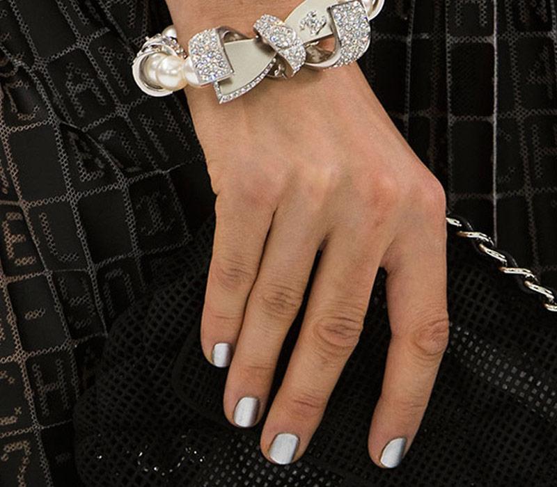 Ασημί Nail Look από τη Chanel