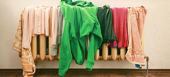 Οι κίνδυνοι του να στεγνώνετε ρούχα μέσα στο σπίτι
