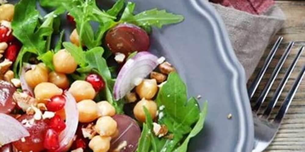 Σαλάτα με όσπρια, ρόκα και ρόδι