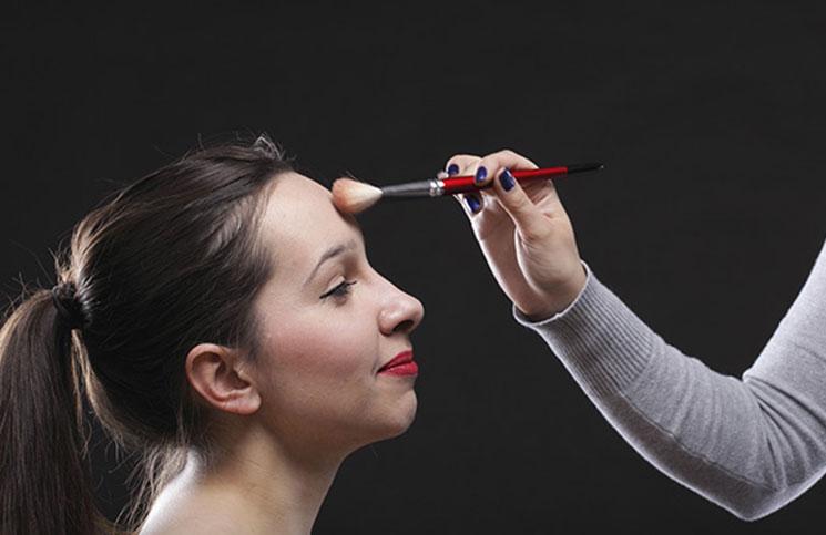 8 χρήσιμες συμβουλές για να κάνετε το μέτωπό σας να φαίνεται μικρότερο
