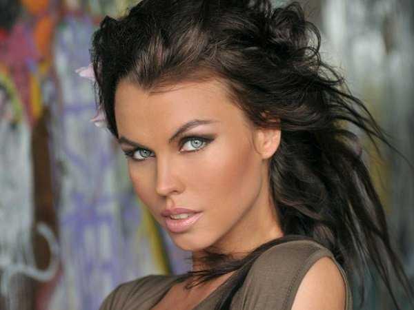 Μακιγιάζ για σκούρα καστανά μαλλιά και ωχρό δέρμα
