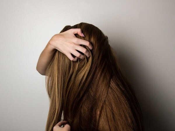 5 αιτίες που προκαλούν λιπαρότητα στα μαλλιά σου και τι να κάνεις