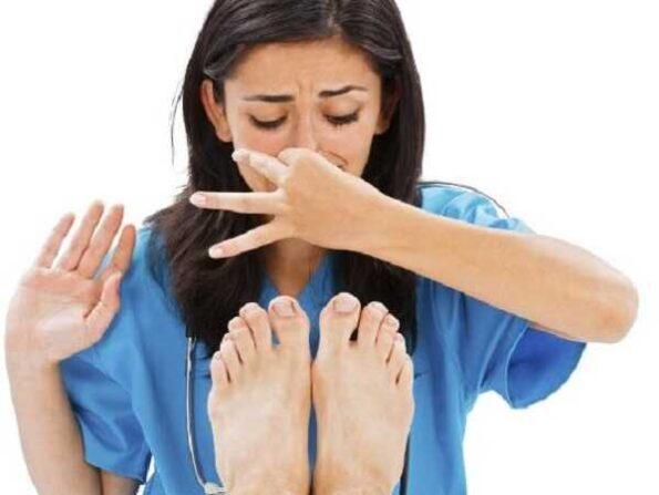 Μυρίζουν τα πόδια σου; 4 tips για να το αντιμετωπίσεις!