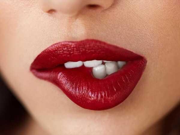 Ζουμερά αισθησιακά χείλη με το κόκκινο κραγιόν της σεζόν!