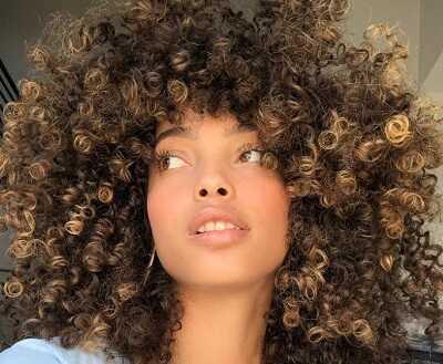 Ανταύγειες σε μαλλιά με μπούκλες