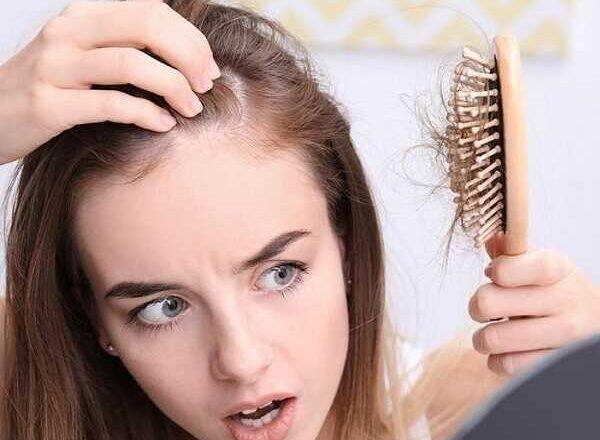 Μαλλιά που πέφτουν: Αιτίες & συμβουλές για να «σώσετε»