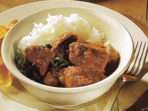 Βοδινό με Κάρι ρύζι, και σάλτσα με αγγούρι!